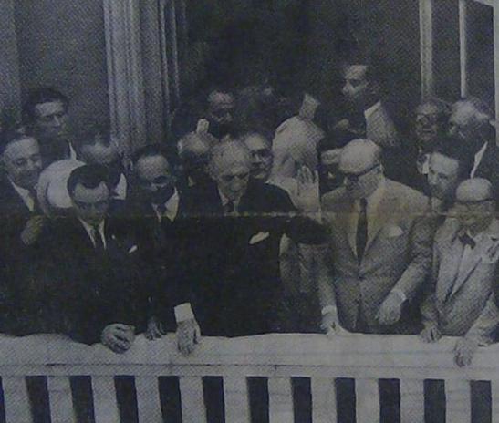 Ο Γεώργιος Παπανδρέου στο μπαλκόνι της Λέσχης των Φιλελευθέρων με τα πρωτοκλασσάτα στελέχη του κόμματός του